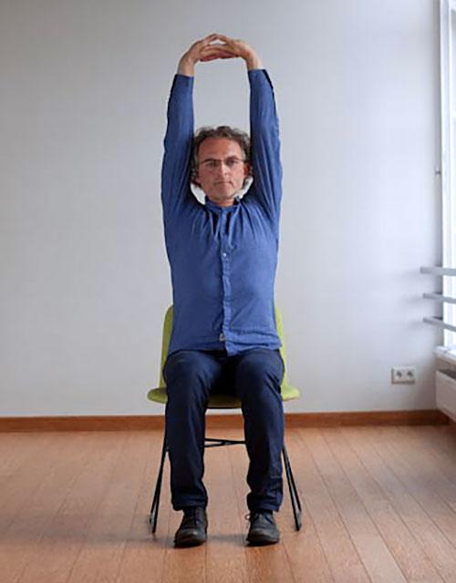 Urdhva Baddanguliyasana pozycja jogi do wykonania przy biurku w pracy