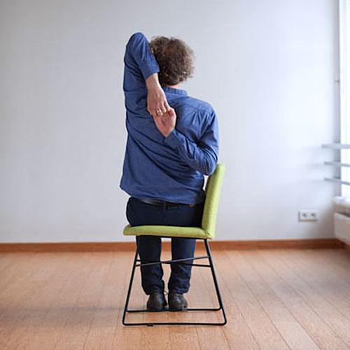 Gomukhasana pozycja jogi do wykonania przy biurku w pracy