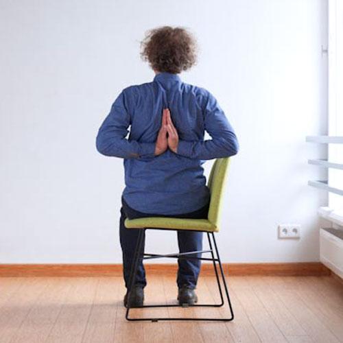 Paścima Namaskar pozycja jogi do wykonania przy biurku w pracy