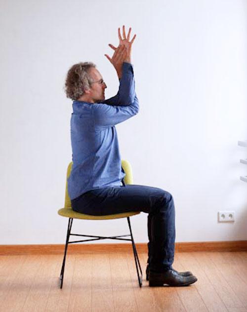Garudasana pozycja jogi do wykonania przy biurku w pracy