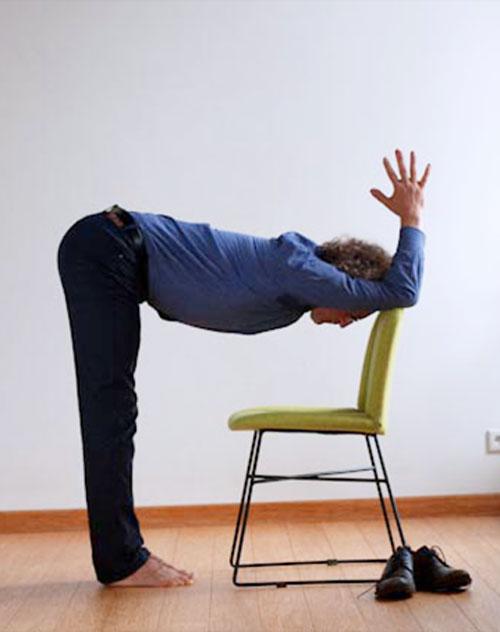 Ardha Uttanasana pozycja jogi do wykonania przy biurku w pracy