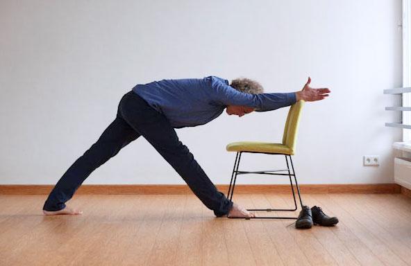 Parśvottanasana pozycja jogi do wykonania przy biurku w pracy