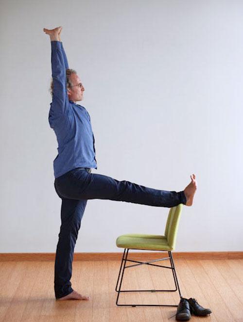 Utthita Padasana pozycja jogi do wykonania przy biurku w pracy