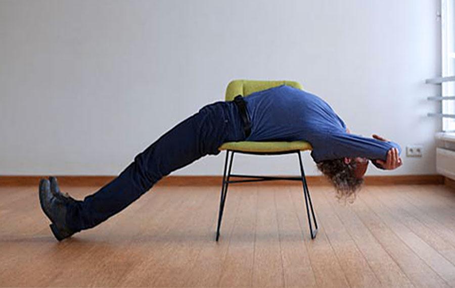 Dwi Pada Viparita Dandasana pozycja jogi do wykonania przy biurku w pracy