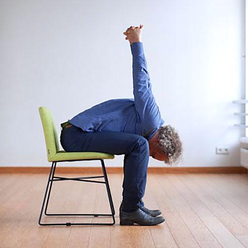 Paschima Baddhanguliyasana pozycja jogi do wykonania przy biurku w pracy