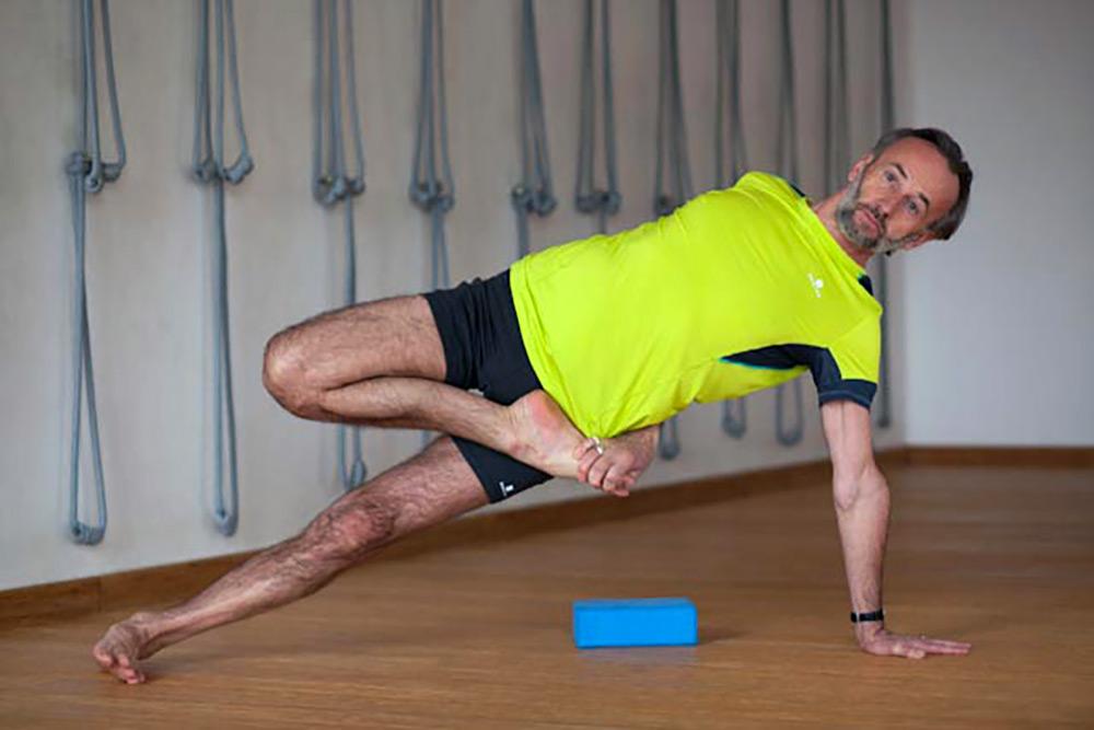 Adam Ramotowski instruktor jogi ćwiczy jogę