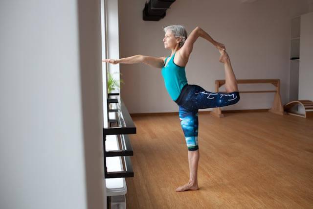 Kobieta spala kalorie dzięki ćwiczeniom jogi