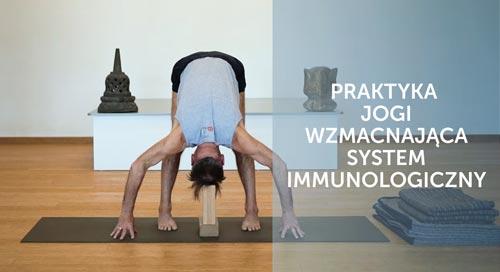Adam Ramotowski ćwiczy pozycje jogi na odporność