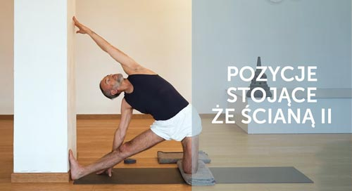 Adam Ramotowski w pozycji stojącej jogi
