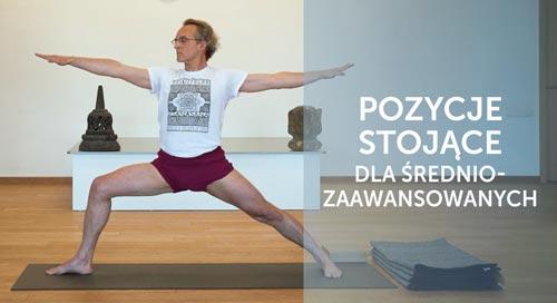 Instruktor jogi Robert Ściubidło w pozycji stojącej jogi