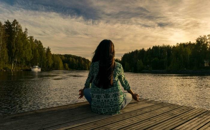 Kobieta uprawiająca jogę pranayama