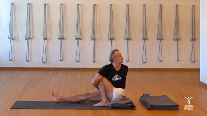 Instruktor jogi Adam Ramotowski ćwiczy skręty