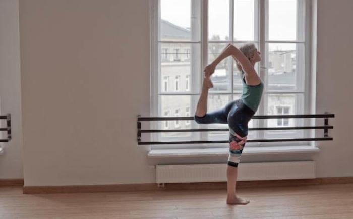 Kobieta uprawia jogę i pilates