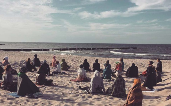 Plaża Niechorze a na niej grupa Joga Foksal