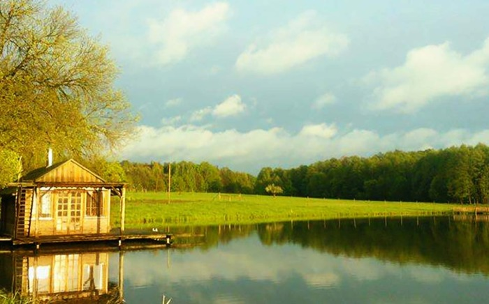 Widok na jezioro przy Zagrodzie Ojrzanów