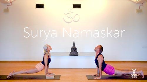 Cykl powitań słońca, Joanna Jedynak i Adam Ramotowski ćwiczą Surya Namaskar