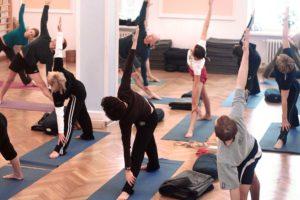 Grupa osób ćwiczących jogę w sali jogi na Foksal