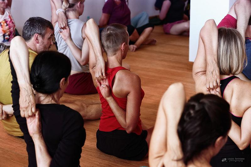 Grupa początkujących osób ćwiczących jogę